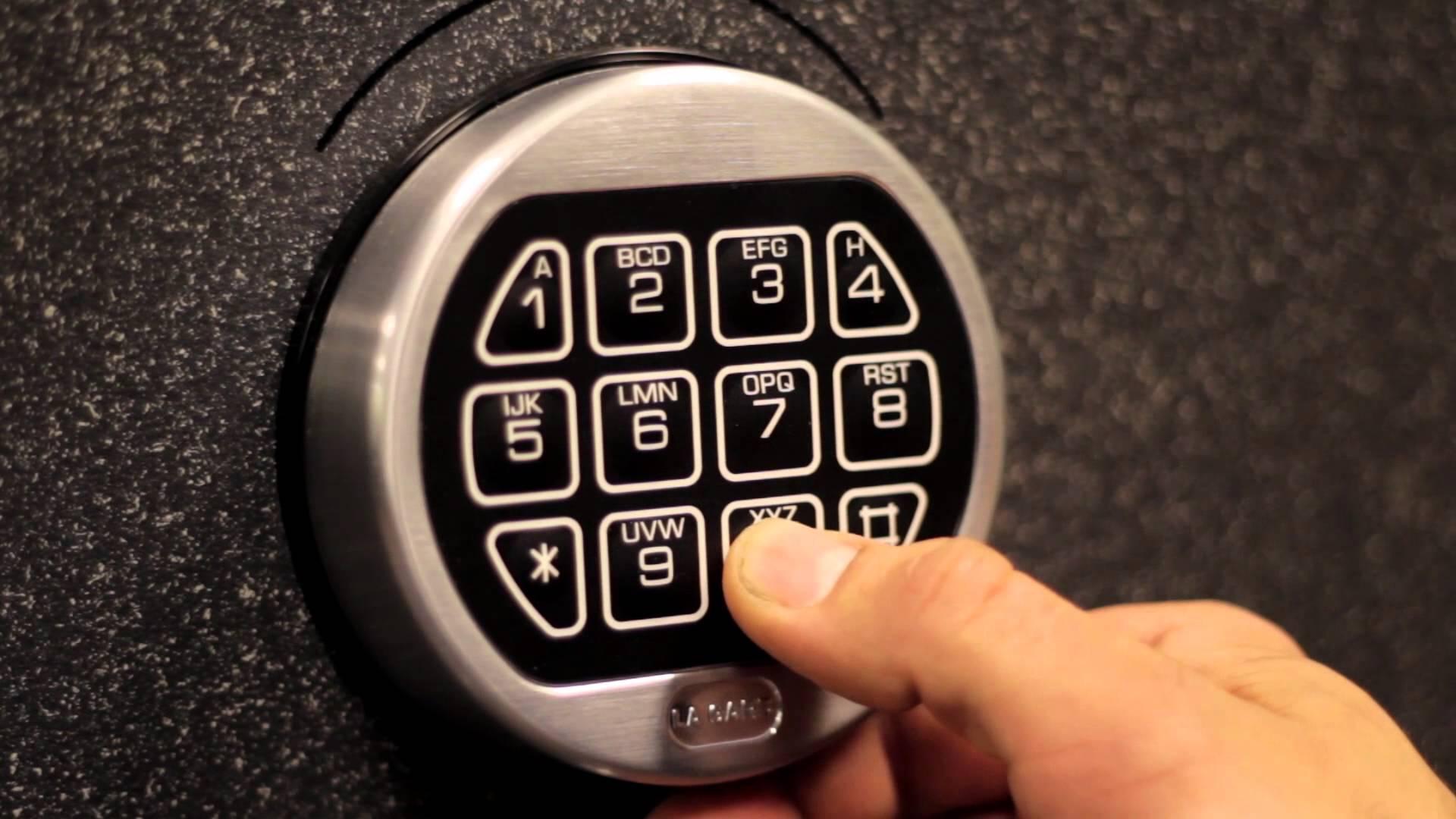 Kokia spyna rakinamą seifą įsigyti?
